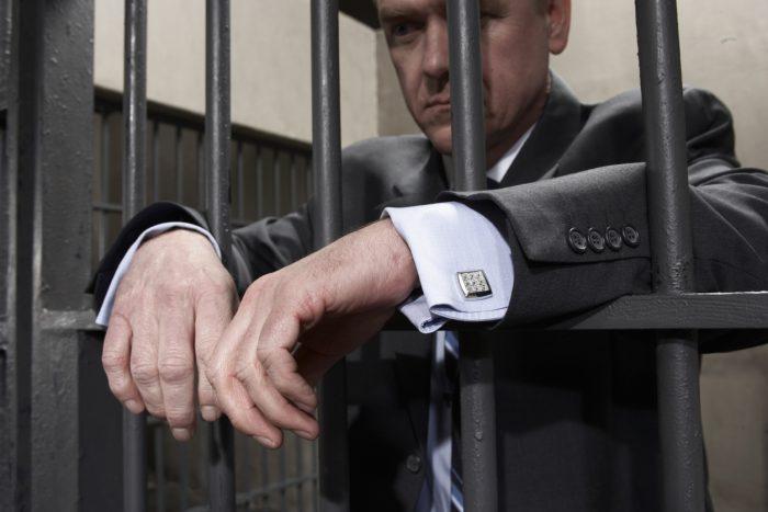 один из супругов находится в тюрьме